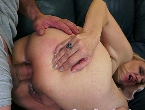 Su nuevo amante sabe darle placer con sexo anal duro