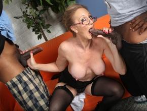 Dos pollas negras hacen disfrutar en un trío a Jenna Covelli