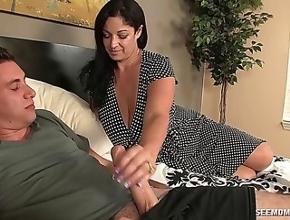 Viuda gorda folla con su hijo para recordar a su marido