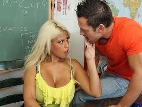 La profesora Bridgette B le regala un aprobado a uno de sus alumnos