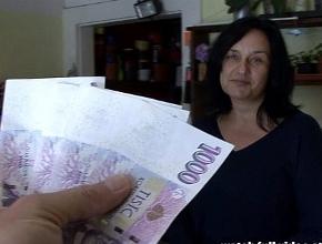 Dependienta se tira a un cliente a cambio de dinero