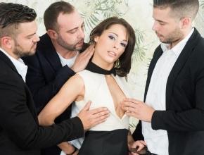 Invita a sus tres mejores amigos para recibir una extrema follada