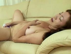 Madre asiática se divierte jugando con su nuevo consolador