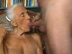 Vieja de ochenta años le hace una felación a un joven