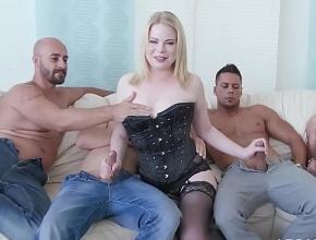 Mientras su esposo está en el fútbol ella se divierte follando con cinco tíos
