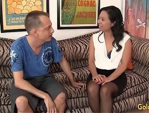Madre asiática queda con un chico joven para tener un orgasmo