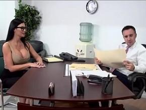 La reunión a solas con su jefe acaba en dura follada