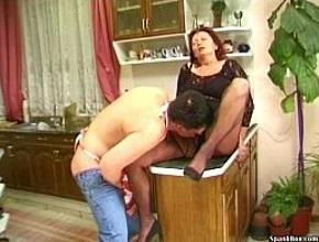 Se puso muy cachonda al ver a su marido haciendo la comida