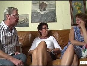 Matrimonio maduro disfruta de su primer trío con una amiga