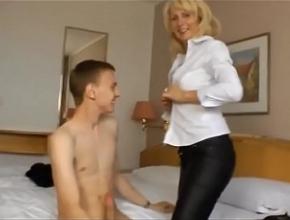Se encierra en un hotel con un chico joven y se pasan el día follando