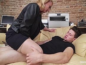 Le hace una mamada al novio de su hija mientras está dormido