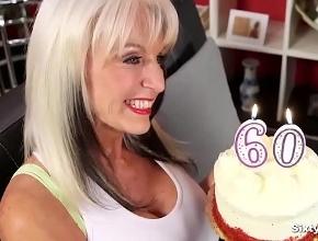 Una tarta y una follada anal para celebrar su sesenta cumpleaños