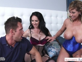 Casadas organizan un trío con un famoso actor porno