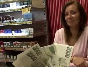 Folla en su tienda con un desconocido a cambio de dinero
