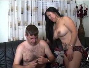 Sexo casero entre una madurita oriental y un gordo sin experiencia