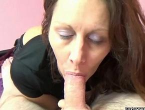 Sorprende a su esposo despertándolo con una mamada profunda