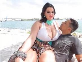 Angelina Castro lo tiene muy fácil para ligar gracias a sus tetazas