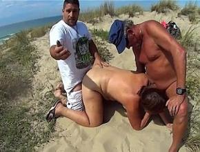 Madura ninfómana follada por desconocidos en la playa