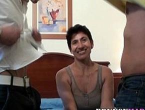 Madura madrileña follando en un trío con dos chicos jóvenes