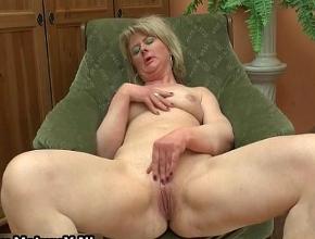 Se sienta frente a la chimenea y se relaja masturbándose