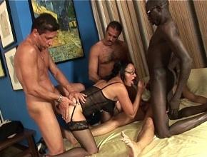 Su esposo en el trabajo y ella follando con cuatro hombres a la vez