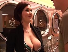 Claire Dames liga con un joven en la lavandería