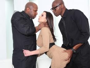 Kendra Lust se pone su mejor lencería para follar con dos negros