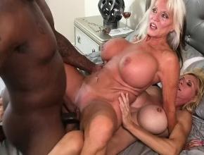Satisface a dos rubias tetonas bisexuales en un trío interracial