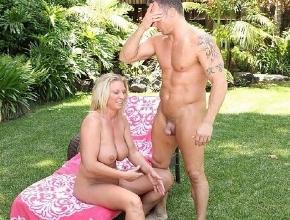 A Devon Lee le gusta follar con chicos más jóvenes que ella en su jardín