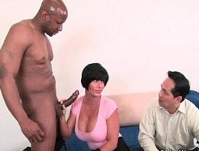 Shay Fox folla duro con un negro delante del cornudo de su marido