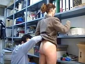 Compañeros de trabajo tienen sexo anal en el almacén