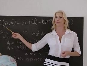 La profesora Alexis Fawx le da clases intensivas a uno de sus alumnos