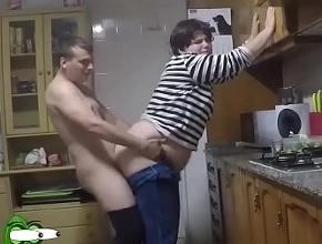 Follan en la cocina mientras toman un picoteo