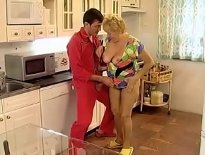 Se puso muy cachonda al ver a un hombre con uniforme en casa