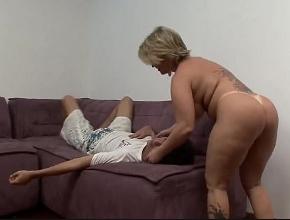 Ama de casa dominante se aprovecha de su novio borracho
