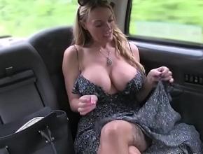 Se sube en un taxi y le paga al conductor con sexo