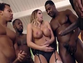 La chica de la inmobiliaria folla con un grupo de negros