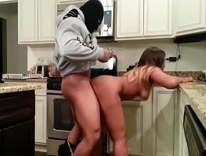 Madurita culona forzada por un ladrón en su cocina
