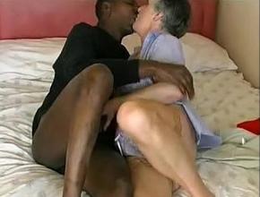 Abuela limpiadora tiene un orgasmo con un negro más joven que ella