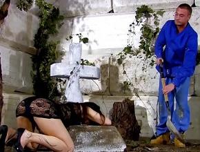 El enterrador le da ánimos mientras ella llora en la tumba de su marido