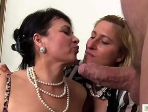Dos señoras con hambre de sexo gozan follando en un trío