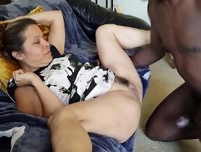Un negro corpulento me folla el coño ante la ausencia de mi esposo