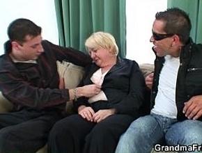 Conoce a dos chicos en un bar y acaba follando con ellos en un trío