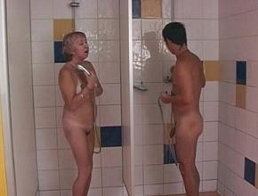 Coinciden en un vestuario mixto y terminan follando en las duchas
