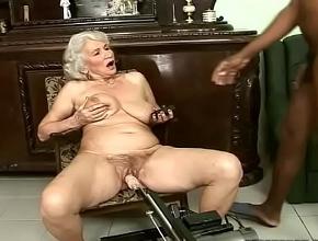 Vieja viuda disfruta con su máquina folladora y su amante negro