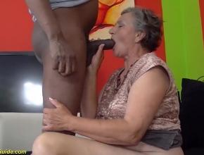 Abuela de 80 años goza follando y chupándosela a un negro