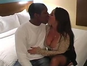 Janet Mason se relaja follando todo un fin de semana con un negro