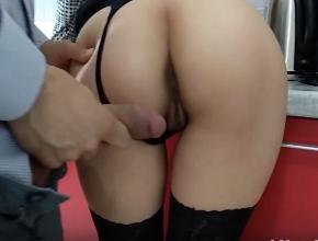 Esposa muy complaciente recibe a su marido con sexo en la cocina