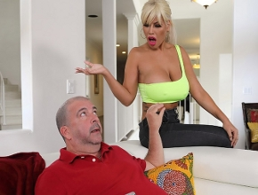 Bridgette B está harta de suplicarle sexo a su viejo marido