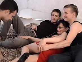 Entra en la habitación de su hijo para tener un gangbang con sus amigos